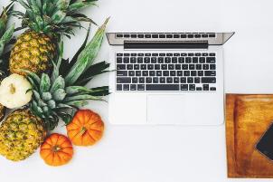Arbeitsplatz mit Laptop und Obst